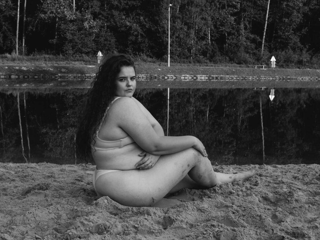 Śmiały akt kobiecy nad wodą