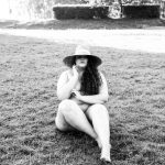 Śmiały akt kobiecy - kobieta w kapeluszu